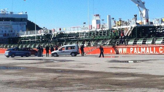 Vasto, esalazioni di gas su mercantile russo: un morto e due feriti