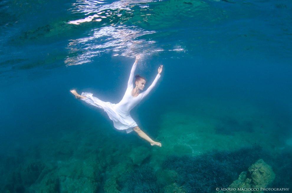 Danzando sotto le onde: il sogno subcqueo di una ballerina classica
