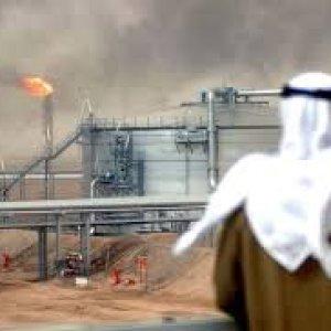 """Arabia Saudita: crolla il petrolio, """"costretta"""" a chiedere un prestito"""