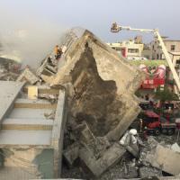 Terremoto a Taiwan, crolla palazzo 17 piani. Vittime e feriti