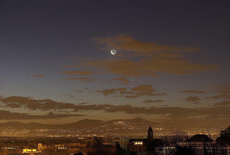 La Luna, Venere e Mercurio, spettacolo all'alba sul cielo di Roma