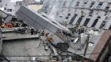 Sisma di 6,4° devasta Taiwan   foto   -   video   estratti vivi in 221, si scava ancora