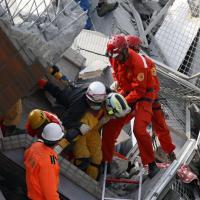 Terremoto devasta Taiwan, i soccorsi tra le macerie