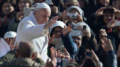 """Folla a San Pietro per il Papa   foto   """"La goccia di Padre Pio grande fiume"""""""