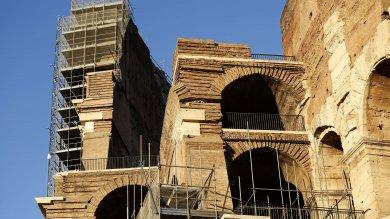 Il Colosseo pulito rivede la luce   foto    via i ponteggi dopo 3 anni di restauro