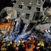 Terremoto a Taiwan, crollano due palazzi: tra le decine di vittime anche una neonata