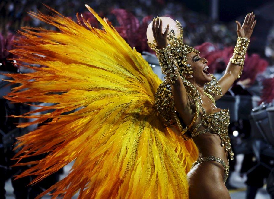 Brasile, spettacolo a ritmo di samba: al via il Carnevale