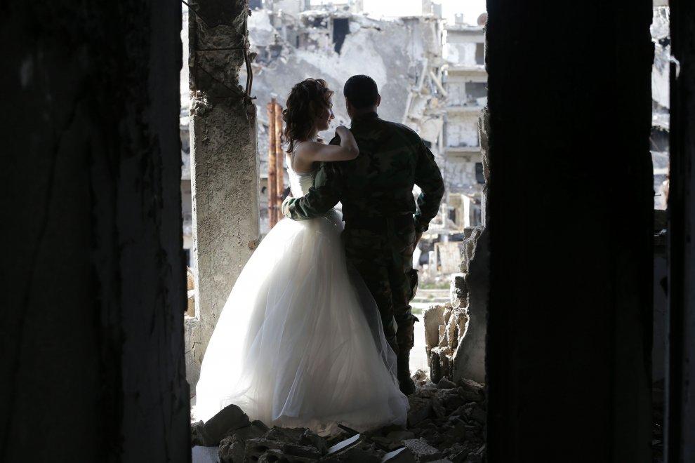 Siria, il fotografo di matrimoni: gli scatti tra le macerie di Homs
