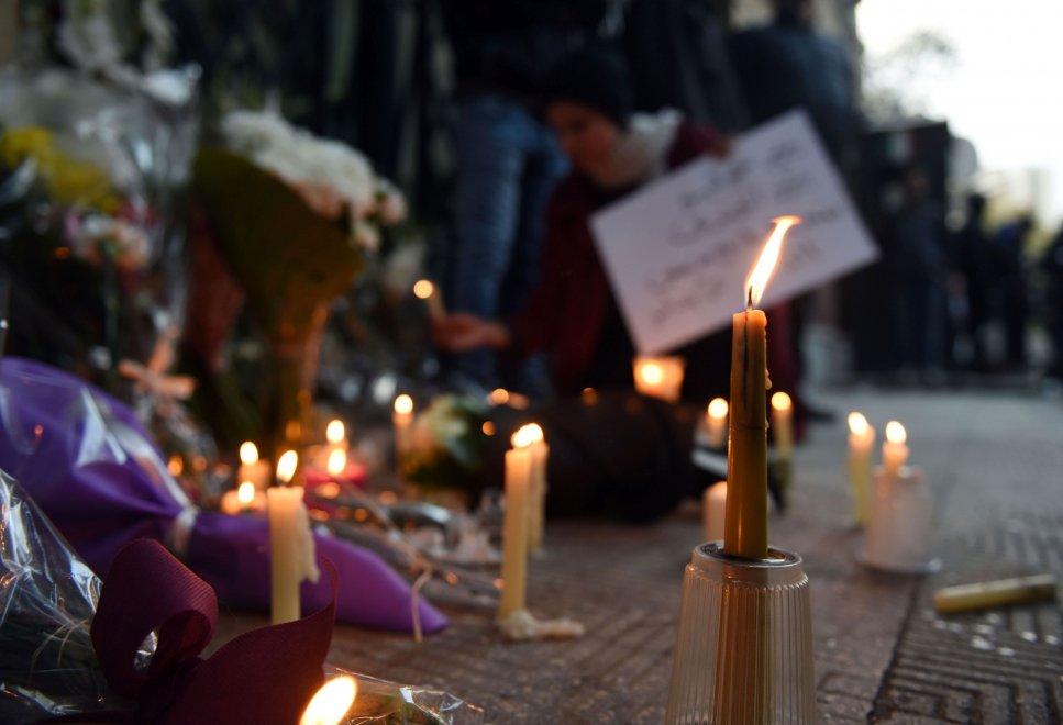 Il Cairo, fiori e candele per Giulio: sit-in all'ambasciata italiana