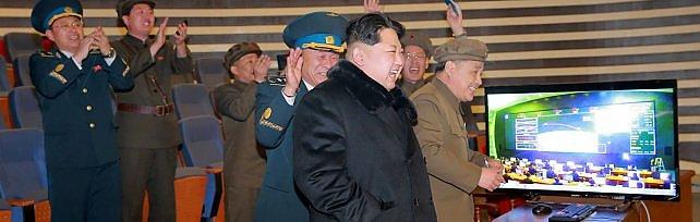 """Corea del Nord lancia un razzo a lungo raggio """"Abbiamo messo in orbita un satellite""""  foto"""