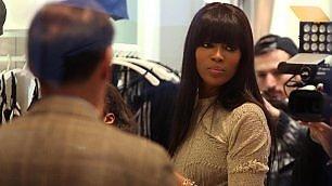 Naomi Campbell arriva in ritardo la modella chiede scusa ai fan    foto