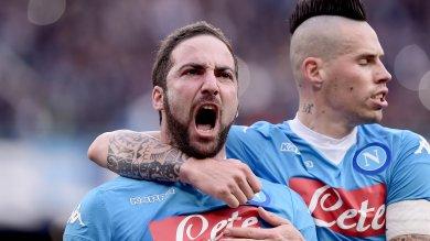 Napoli e Juve se ne vanno e sabato la sfida Inter, folle pari a Verona (3-3)