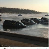 Usa, parcheggiare qui non è stata una buona idea: il lago si scioglie e le auto precipitano