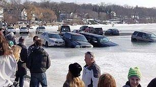 Parcheggiano sul lago ma il ghiaccio si scioglie     video