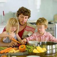Genitori e figli: quattro su dieci in cucina insieme contro le cattive abitudini