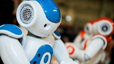 """""""Bambini, tutti in piedi""""  In aula entra il maestro robot"""