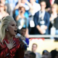 Super Bowl: Lady Gaga canta l'inno tra gli applausi