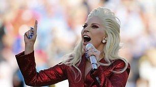 Brividi allo stadio: Lady Gaga intona l'inno americano