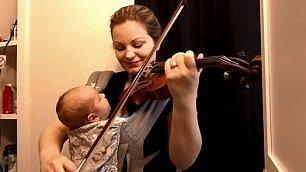 Concerto di violino per bebè la mamma suona col marsupio
