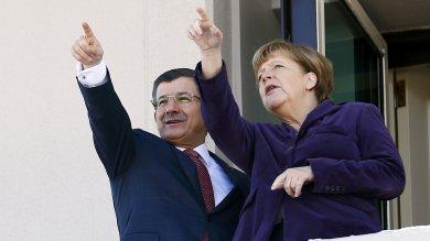 "Merkel in Turchia: ""Inorridita per effetti  dei raid russi in Siria""   video"