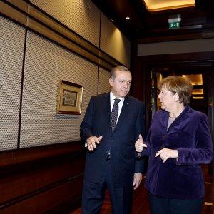 "Migranti, Merkel in Turchia: ""Inorridita da raid russi"""