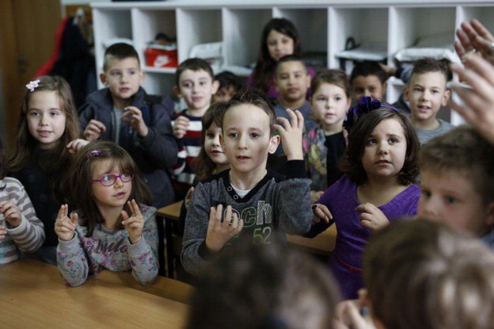 Bosnia, il piccolo Zejd è sordo: la sua classe impara il linguaggio dei segni