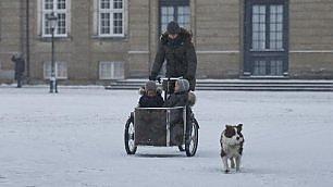 La lezione della principessa Mary con i gemelli in bici sotto la neve
