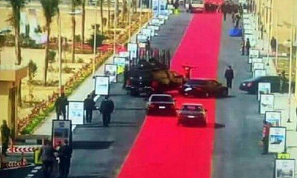Egitto, tappeto rosso di 4 km per al-Sisi: sui social scoppia la polemica