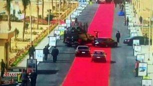 Il tappeto rosso lungo 4 km Protesta social contro al-Sisi