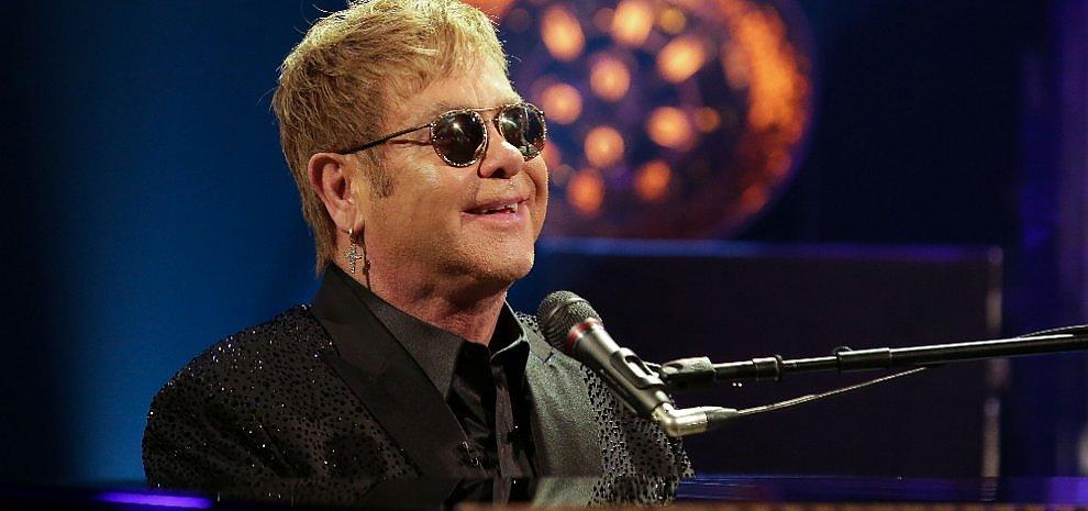 Sanremo aspetta Elton John. E sul palco comincia la gara
