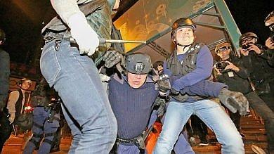 Hong Kong: scontri tra polizia  foto    video   e venditori ambulanti, feriti e arresti