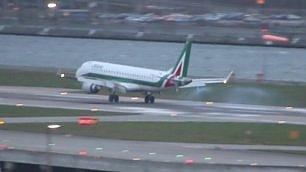 Troppo vento, atterraggio difficile Aereo Alitalia rimbalza e riparte