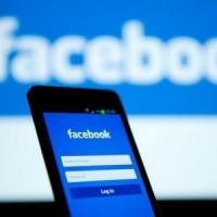 """Smartphone, il Guardian: """"L'app di Facebook consuma il 20% della batteria"""""""