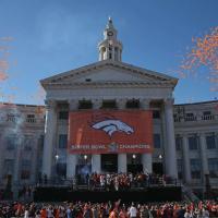 Denver si tinge di arancione: un milione di fan per salutare i campioni della Nfl