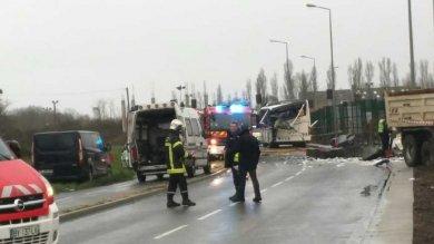 Francia, nuova tragedia: 6 morti   foto   scuolabus si schianta contro tir   video