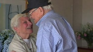 Il veterano e l'ex fidanzata l'abbraccio dopo 70 anni    foto