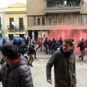 Salvini a Cagliari, scontri tra polizia e antifascisti