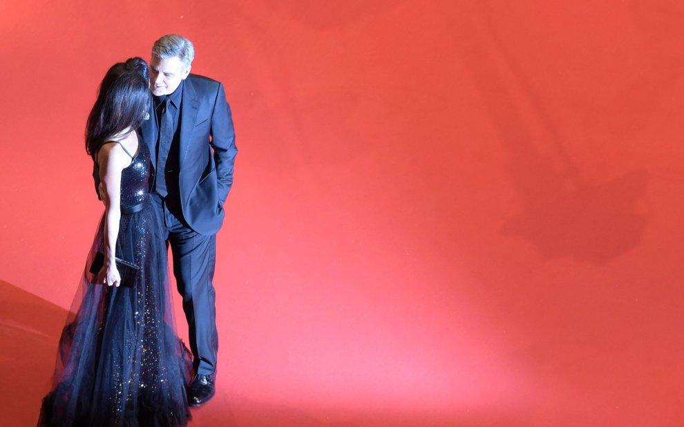 George e Amal mano nella mano sul tappeto rosso di Berlino