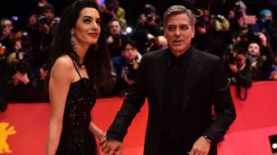 George e Amal che passione mano nella mano sul red carpet