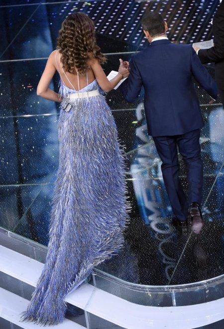 Sanremo 2016, Madalina sirena con frange e Virginia total black Versace