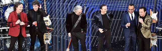 Sanremo, reunion dei Pooh con arcobaleno   foto   Caos sala stampa, si rivota: Gabbani batte Miele
