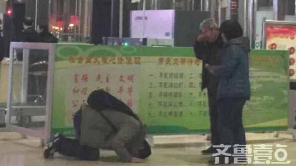 Cina, figlio prostrato davanti ai genitori: la foto fa discutere e diventa virale