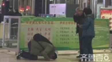 Cina, figlio prostrato davanti ai genitori