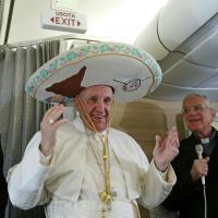 Il Papa in volo per Messico e Cuba: sull'aereo col sombrero