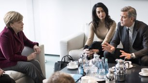George Clooney e Amal    video    un caffè con la cancelliera