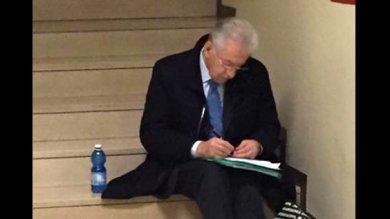 """La lezione di sobrietà di Mario Monti  """"In fila come un comune cittadino"""""""