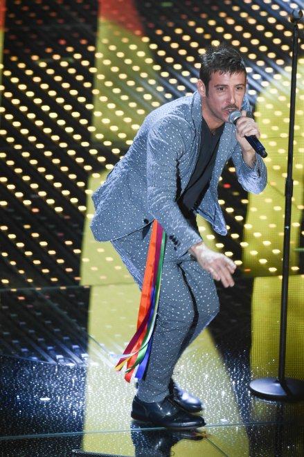 Sanremo 2016, le voci per i diritti civili: i cantanti con i nastri arcobaleno