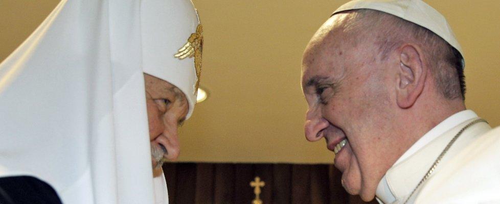 """Cuba, storico abbraccio tra papa Francesco e il patriarca di Mosca Kirill: """"Uniti per la pace"""""""
