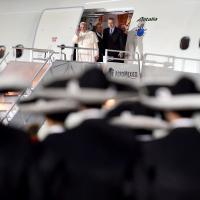Papa Francesco in Messico, migliaia di fedeli 'illuminano' la pista dell'aeroporto