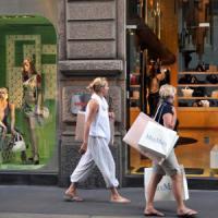 La spending delle famiglie: tagli a vestiti e vacanze, con l'aiuto del web
